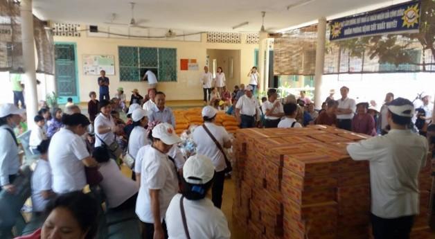Caritas Tân Việt đem chút niềm vui Chúa Phục Sinh đến với trại phong Bến Sắn- Bình Dương.