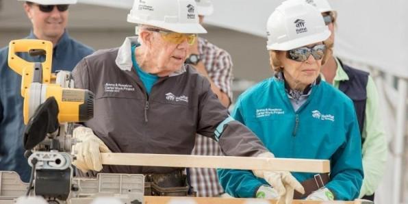 Cựu tổng thống Mỹ 92 tuổi đích thân đi xây nhà cho người nghèo