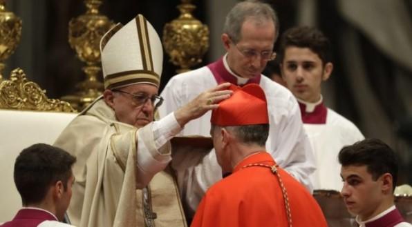 Để phân biệt hồng y, giám mục, và đức ông