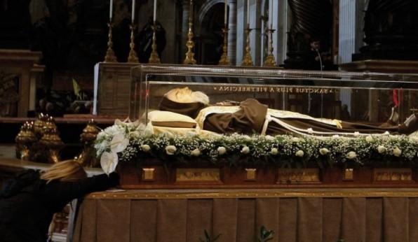 Hàng dòng người đến viếng thánh tích của cha Pio