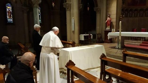 Đức Phanxicô đến trụ sở Dòng Tên ở Rôma để cầu nguyện cho thầy Mura, cựu thư ký của ngài vừa qua đời