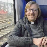 Linh mục Olaf rao giảng Phúc Âm trên toa xe lửa