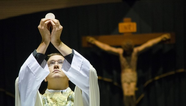 Khi dâng lễ cầu cho ai thì Linh mục có cần rao tên người đó không?