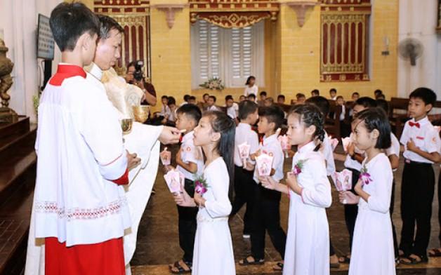 Mấy tuổi mới được rước lễ lần đầu?