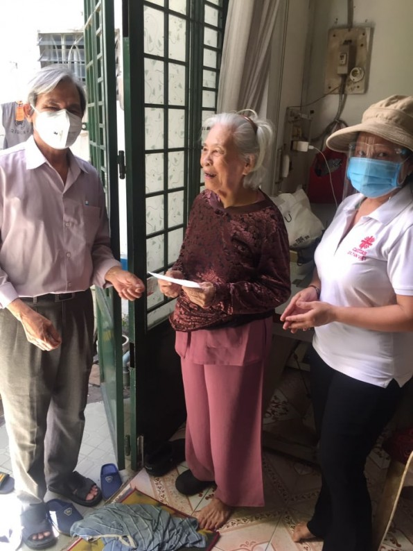 Caritas Tân Việt trao tiền tận tay đến các Giáo họ trong Giáo Xứ