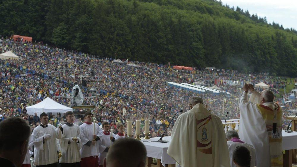 Image result for hinh Tại Đền thánh Đức Mẹ Sumuleu-Ciuc thuộc miền Transilvania, Rumani