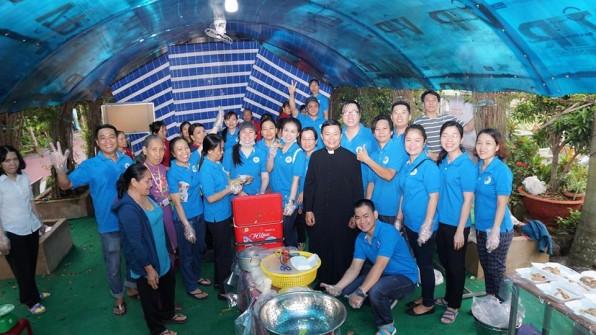 GĐ Con Đức Mẹ GX Tân Việt :CÔNG TÁC BÁC ÁI THÁNG 9/2018 Nấu 1000 phần ăn sáng cho các em thiếu nhi tại Giáo điểm truyền giáo Vĩnh Lộc B (trực thuộc Giáo hạt Tân Sơn Nhì).
