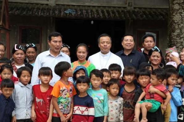 Các linh mục Việt Nam tiếp cận dân làng Hmong sống trong hoàn cảnh khó khăn
